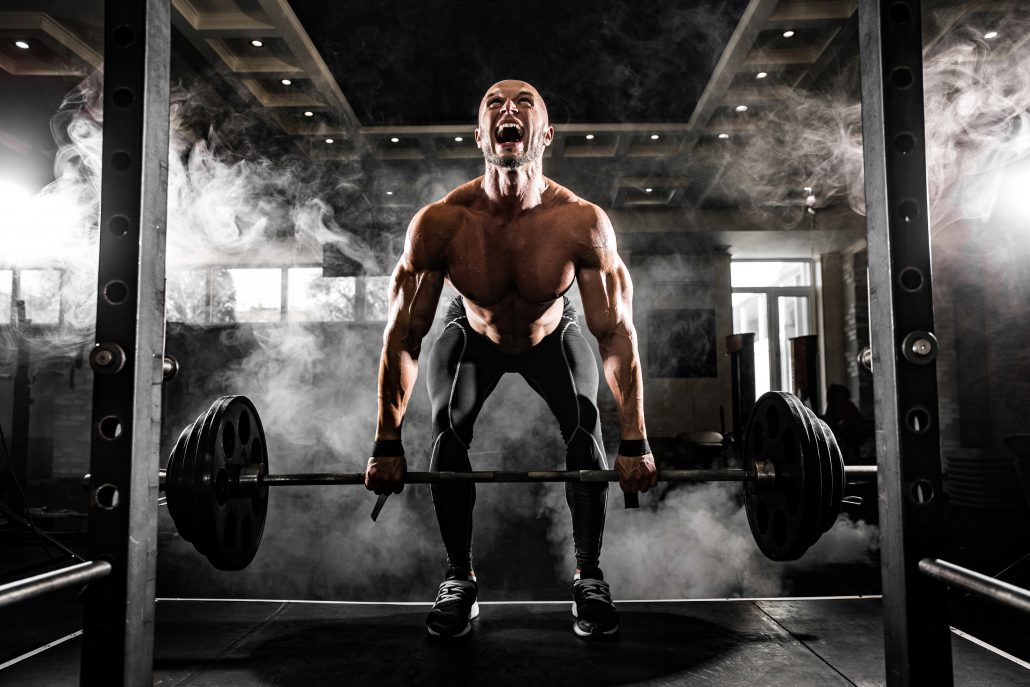 man-die-een-compound-oefening-uitvoert