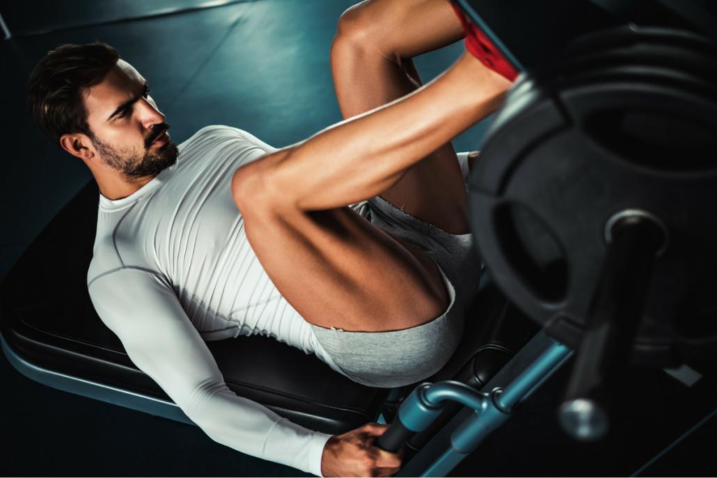 man-die-zijn-beenspieren-traint