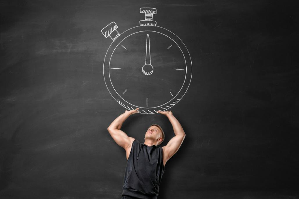 man-houdt-klok-vast-geen-tijd-om-te-sporten