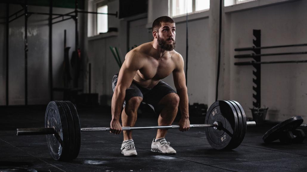 Bodybuilder voert een deadlift uit