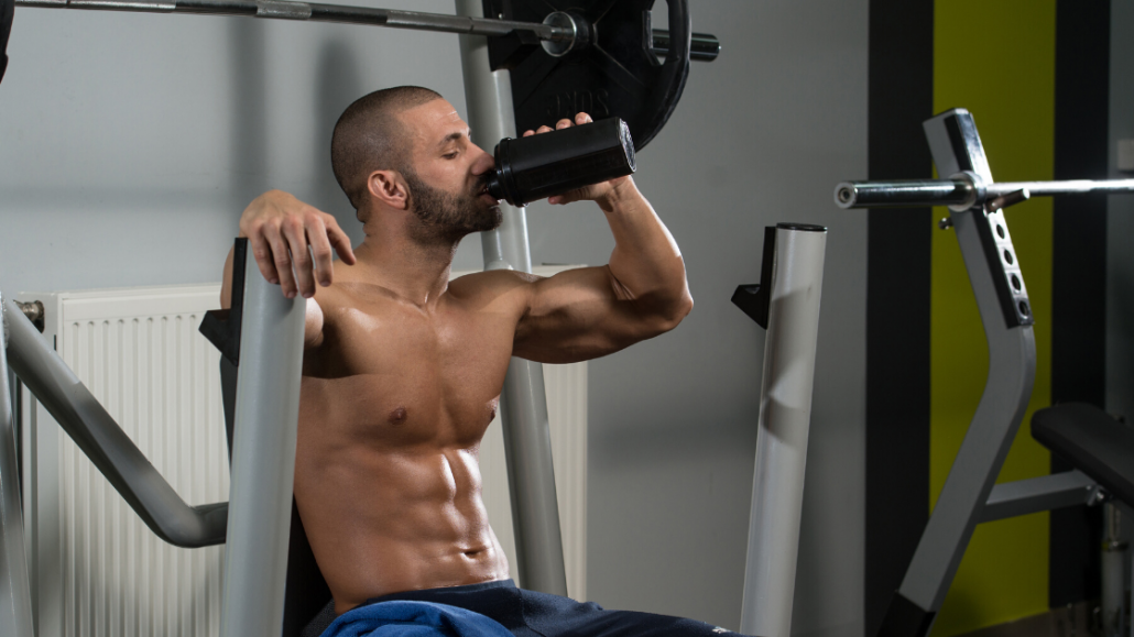 bodybuilder drinkt supplement shake